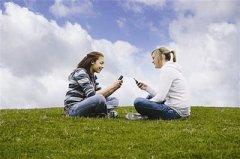 长时间使用手机者应尽量用耳机接听